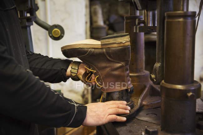 Trabalhador na oficina de um sapateiro — Fotografia de Stock