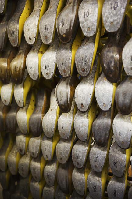 Различные формы металлической обуви — стоковое фото