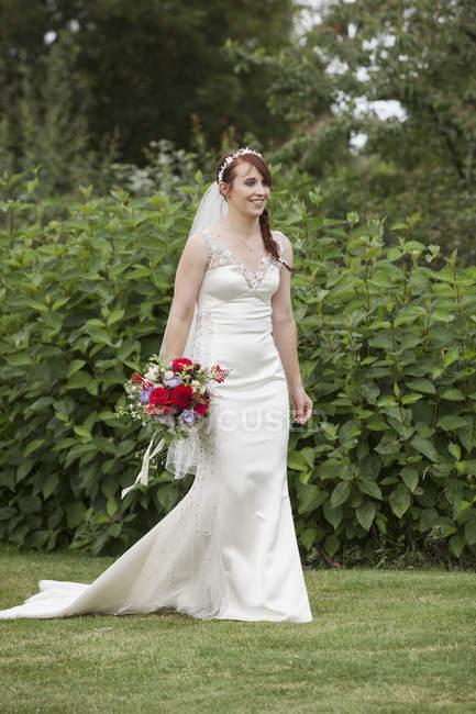 Mariée dans sa robe de mariée — Photo de stock