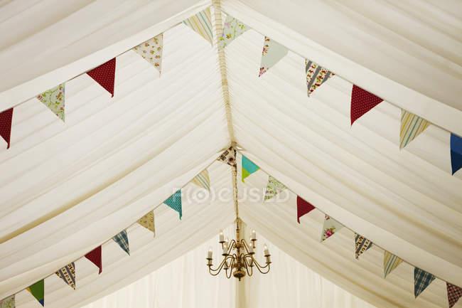 Chapiteau de mariage décorée de banderoles. — Photo de stock