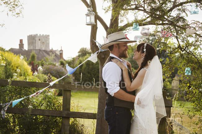 Novio, novia y pareja de recién casados - foto de stock