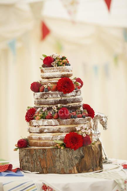 Gâteau de mariage décoré avec des fraises — Photo de stock