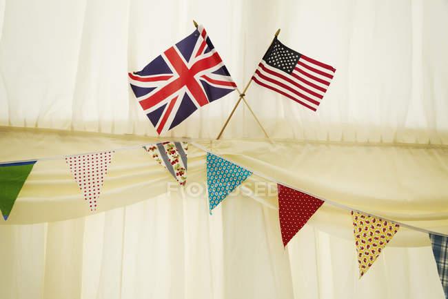 Anglais et nous signale dans un chapiteau de mariage. — Photo de stock