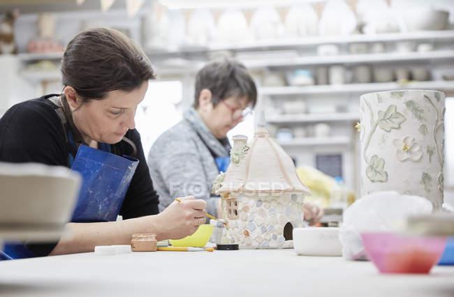 Mujeres en el estudio de la cerámica - foto de stock