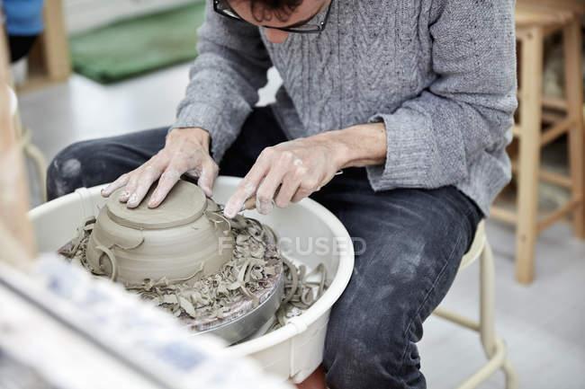Homem usando uma roda de cerâmica — Fotografia de Stock