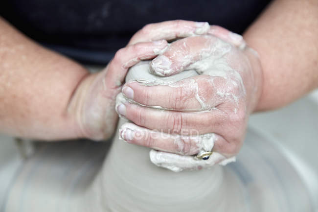 Persona che utilizza la rotella di filatura delle terraglie — Foto stock