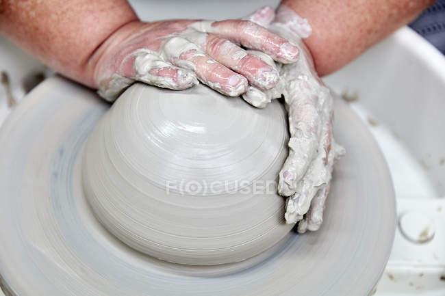 Persona con rueda de cerámica - foto de stock