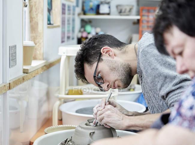 Человек, работающий на глиняный горшок — стоковое фото