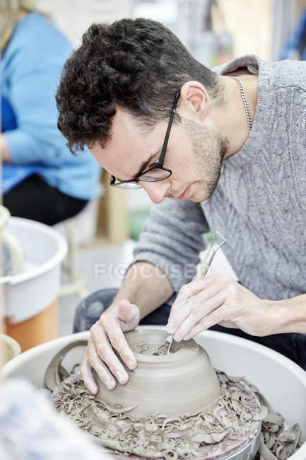 Человек, сидящий на гончарном круге — стоковое фото
