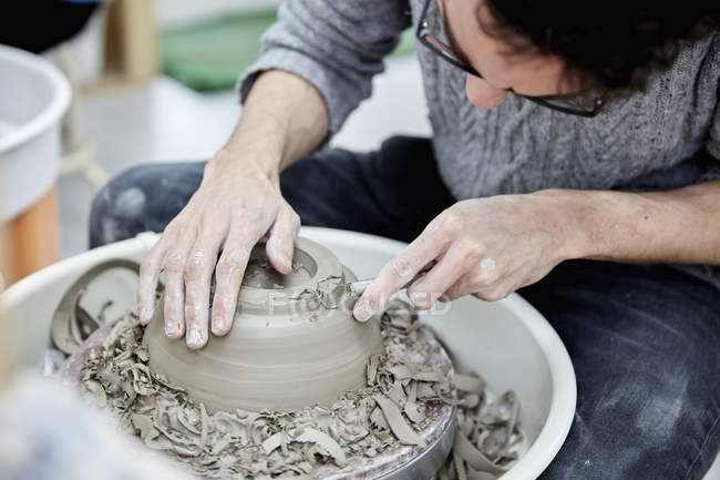 Man shaping clay pot — Stock Photo