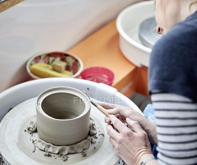Persona che utilizza una ruota di ceramica — Foto stock