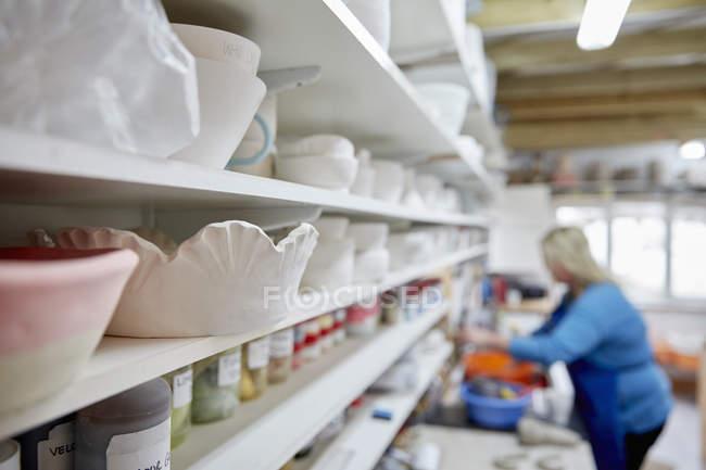 Mujer que trabaja en el estudio de la cerámica - foto de stock