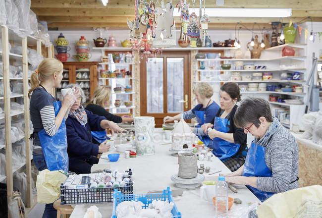 Persone nel laboratorio di ceramica — Foto stock