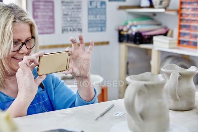 Mujer usando su teléfono inteligente - foto de stock
