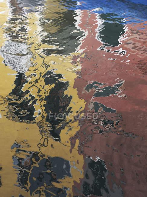Réflexion des maisons aux murs peints — Photo de stock