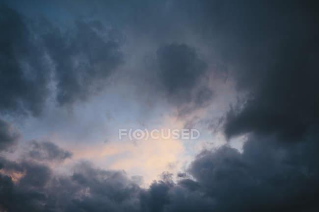 Gewitterwolken am Himmel. — Stockfoto