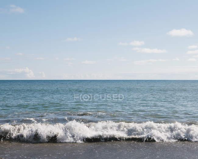 Піщаний пляж і хвилі — стокове фото