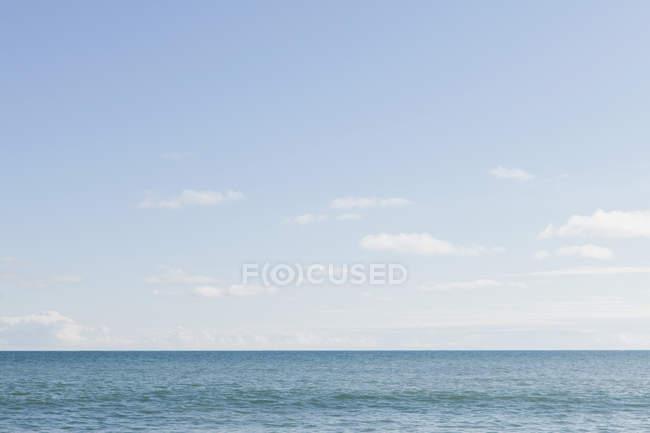 Горизонт над водному, світло хмари — стокове фото