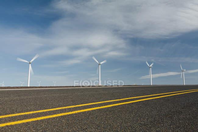 Ветряные турбины, высокие белые башни — стоковое фото