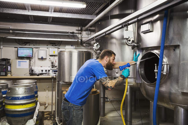 Человек, работающий в пивоваренный завод — стоковое фото