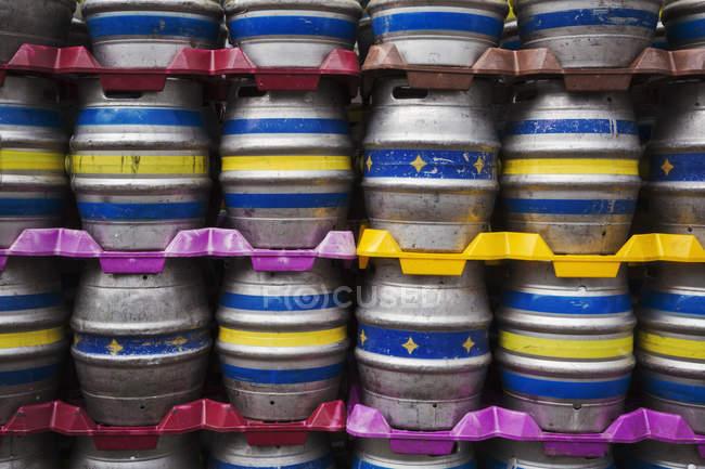 Pilhas de barris de cerveja de metal — Fotografia de Stock