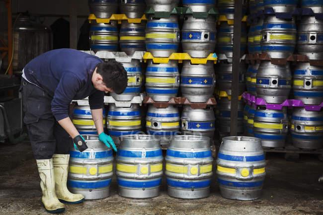 Homem trabalhando na cervejaria — Fotografia de Stock