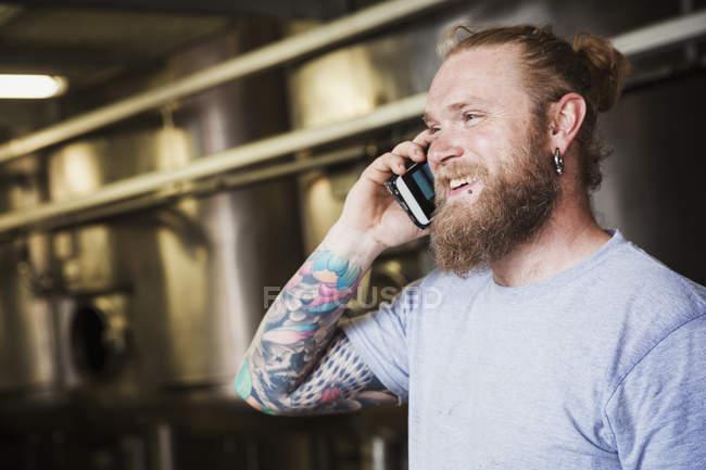Hombre hablando por teléfono móvil. - foto de stock