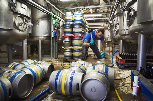 Людина працює в пивоварні. — стокове фото