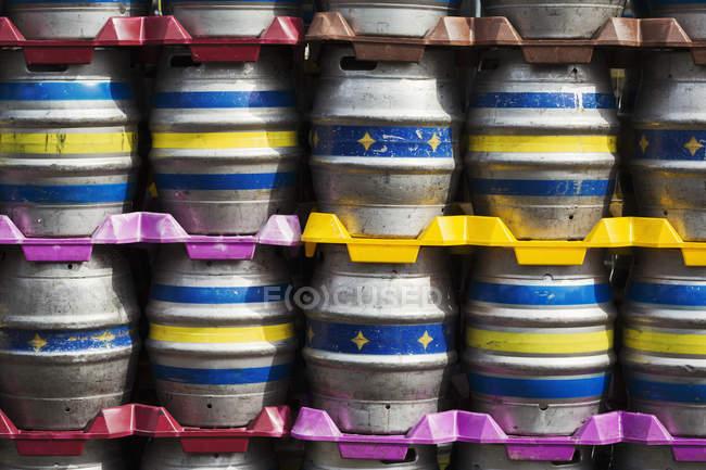 Стеки металеві пиво кеги — стокове фото