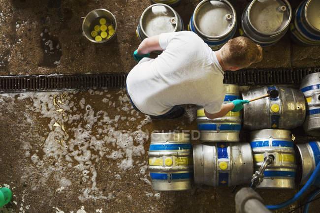 Homem que trabalha em cervejaria — Fotografia de Stock