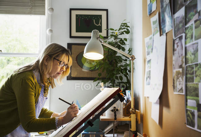 Woman drawing with fineliner — Stock Photo