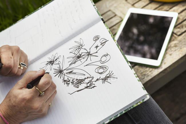 Frau zeichnen im Skizzenbuch — Stockfoto