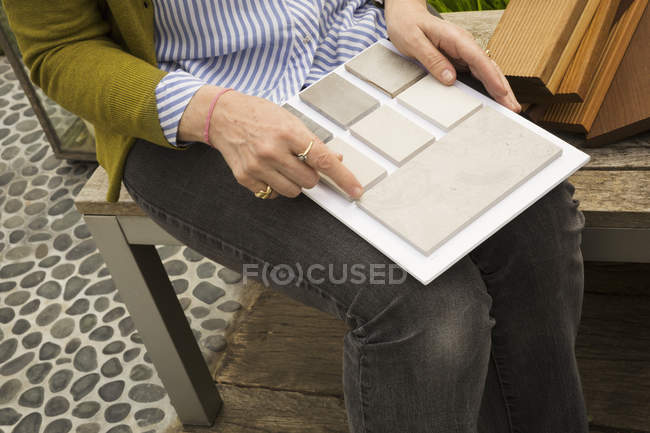 Woman holding tile samples. — Stock Photo