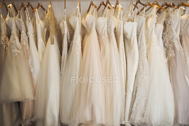 Righe di abiti da sposa sul display — Foto stock