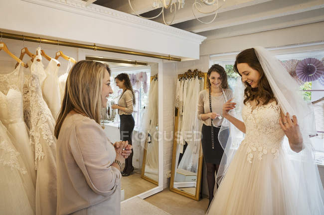 Noiva tentando no vestido — Fotografia de Stock