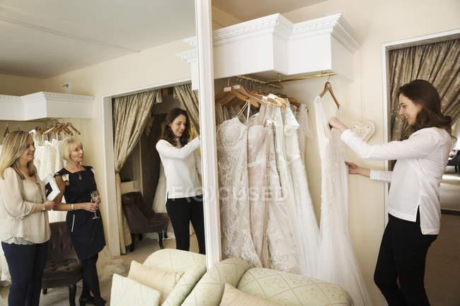 Mulheres na loja de vestidos de casamento — Fotografia de Stock