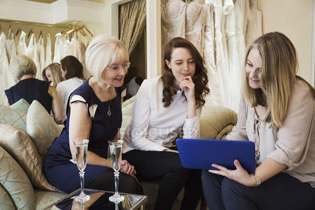 Femmes dans la boutique de robe de mariée — Photo de stock