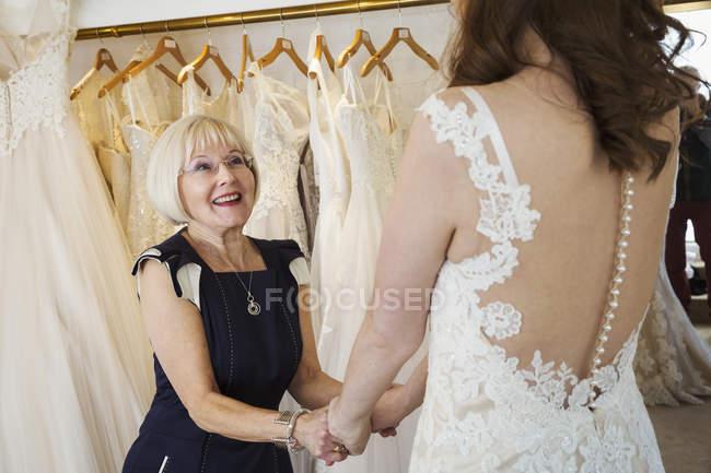 Жінка приміряє весільних суконь — стокове фото