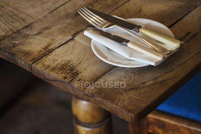 Teller mit Messer und Gabel — Stockfoto