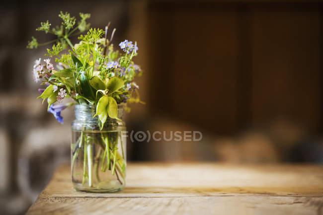 Tarro de vidrio con flores silvestres - foto de stock