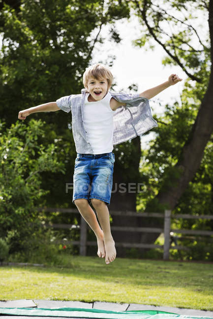 Boy jumping on trampoline — Stock Photo