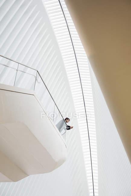Чоловік, що стоїть на балконі — стокове фото