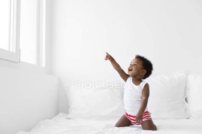 Хлопчик, вказуючи на вікна — стокове фото