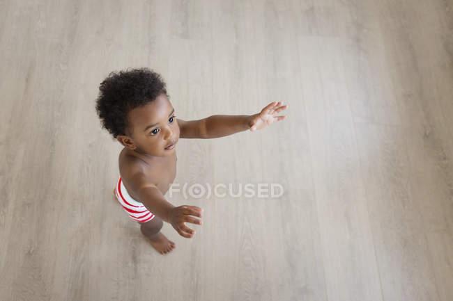 Хлопчик в шортах смугастий — стокове фото