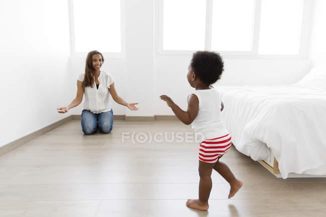 Frau spielt mit jungen — Stockfoto