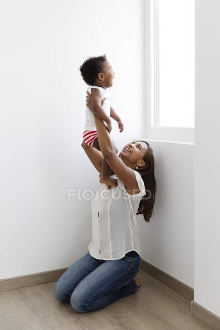 Frau junge Holding über Schultern — Stockfoto