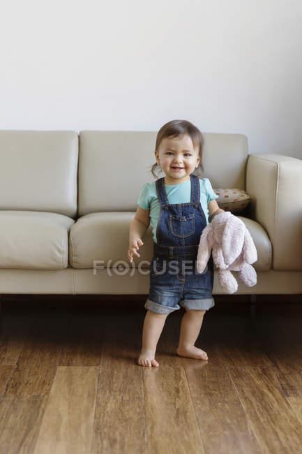 Хлопчик холдингу приємні іграшки — стокове фото