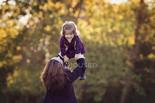 Молодая девушка женщина Холдинг наверху — стоковое фото