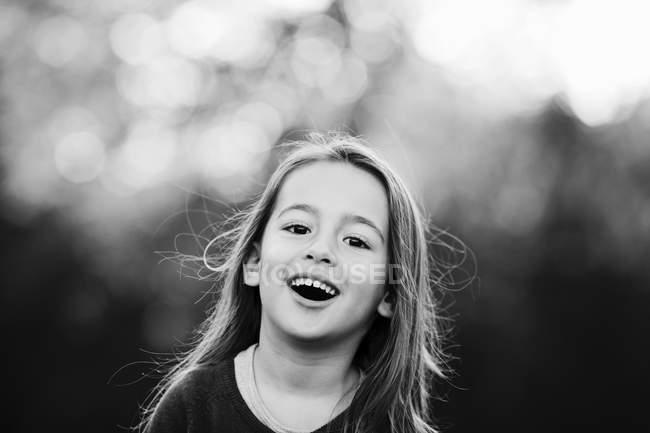 Ritratto di ragazza sorridente guardando fotocamera — Foto stock