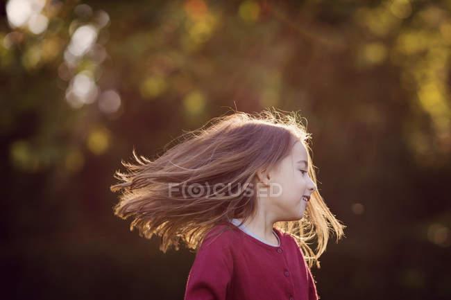 Ragazza con capelli lunghi che sta all aperto — Foto stock